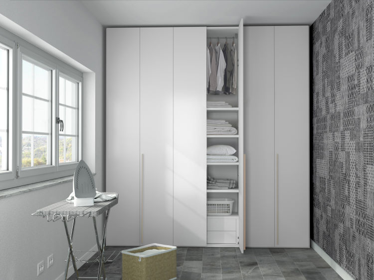 Armadio bianco per cambio stagione inserito in locale lavanderia-stireria Tilt