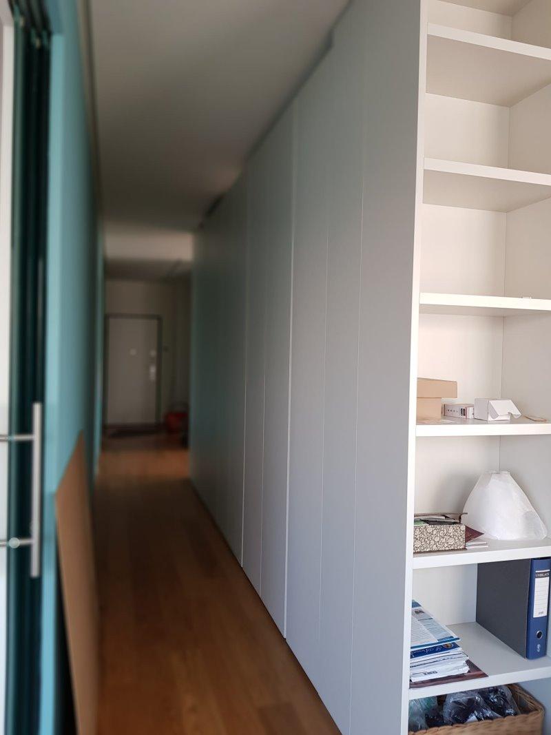 Foto Cliente - armadio divisorio con vista sulla porta d'ingresso