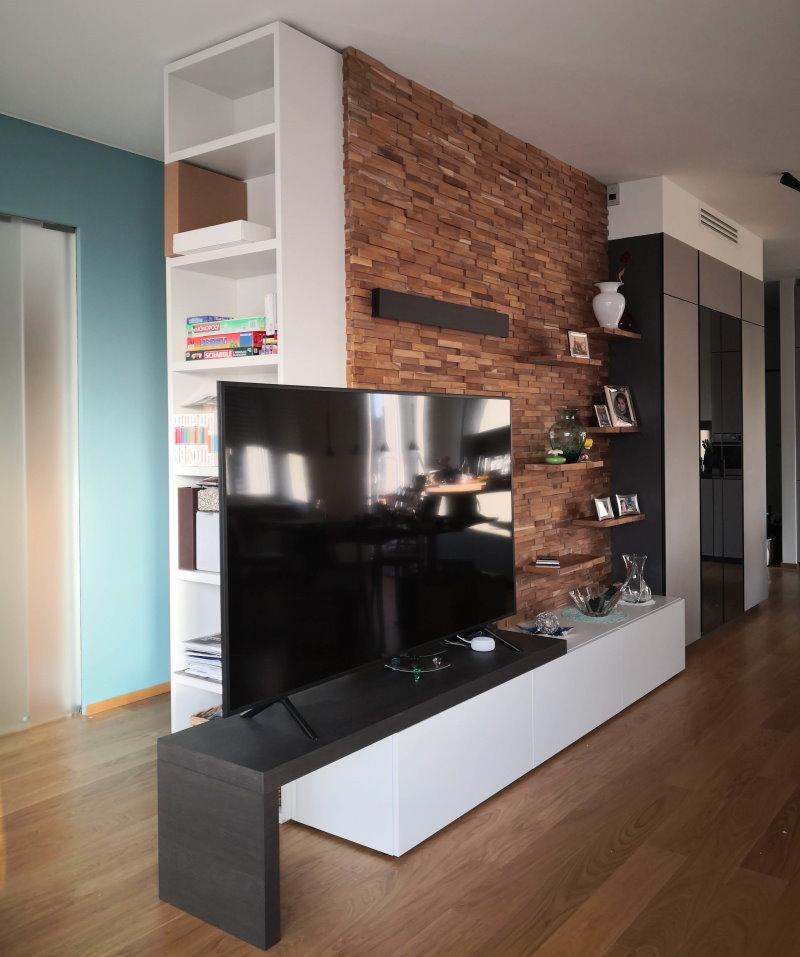 Foto Cliente - armadio usato come parete divisoria con mobile tv e mensole