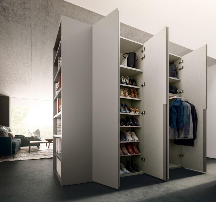 L'armadio doppio offre tanto spazio per scarpe, cappotti, borse e cambio di stagione