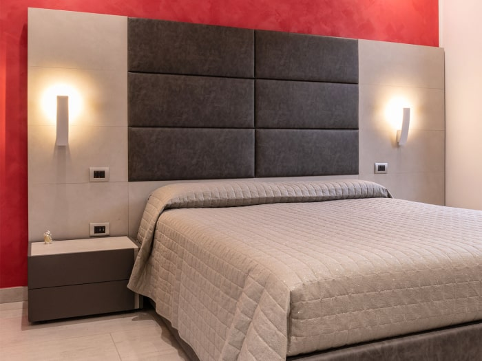 Progetto terminato: camera matrimoniale con letto e boiserie componibile