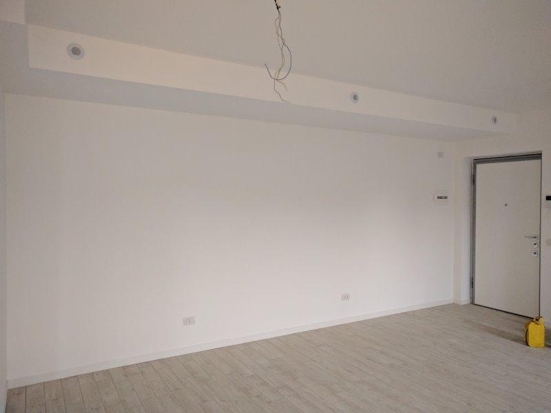 Fotografia monolocale: parete per letto trasformabile