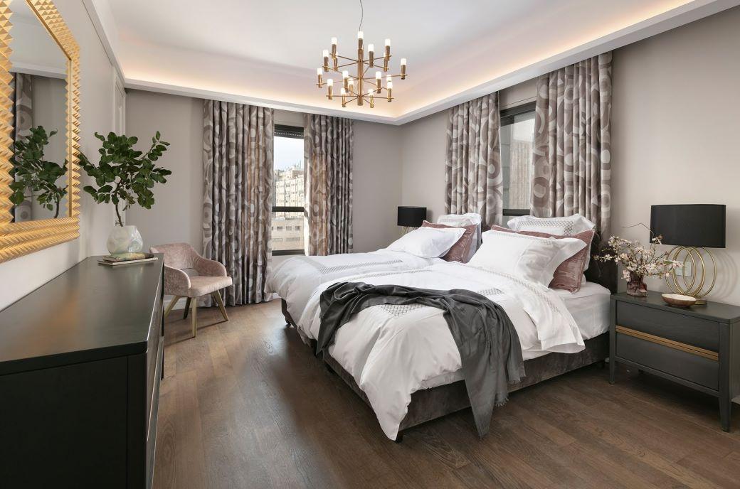 Elegante camera da letto in legno scuro, nero, velluto e rosa