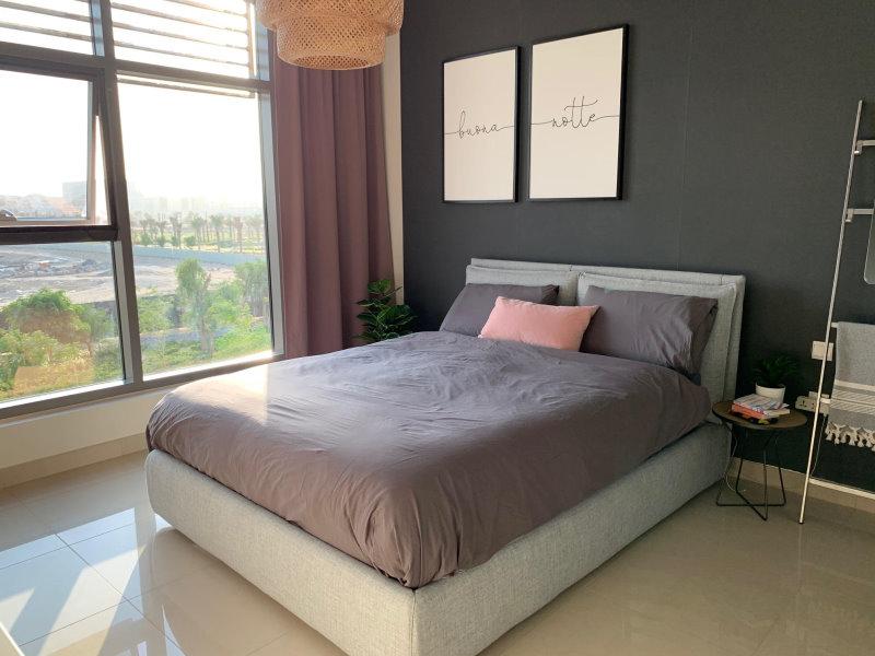 Camera con parete grigio scuro e letto grigio chiaro. Letto Blend + tavolino ad uso comodino Timor.