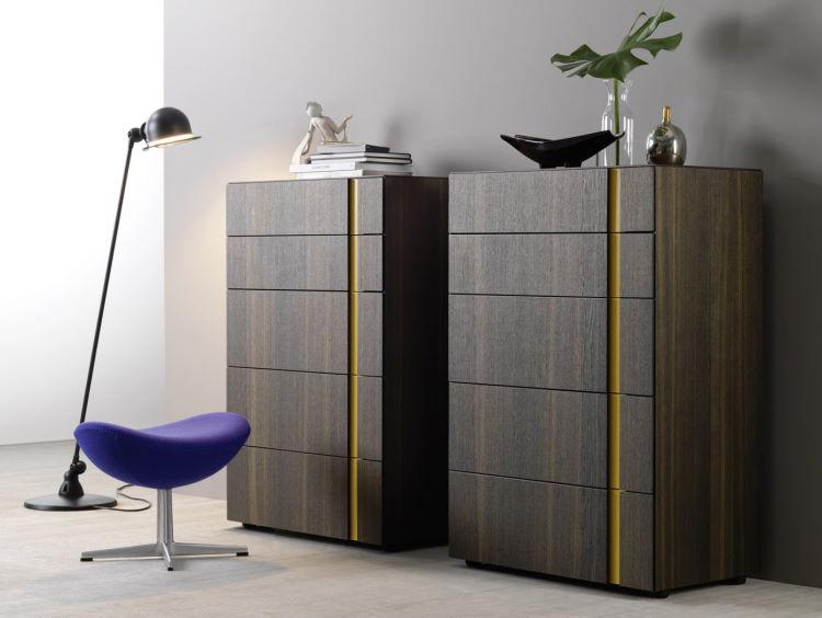 Coppia di cassettiere alte in legno scuro con maniglia integrata laccata gialla Montana