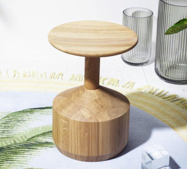 Sgabello completamente realizzato in legno massello Pezzo
