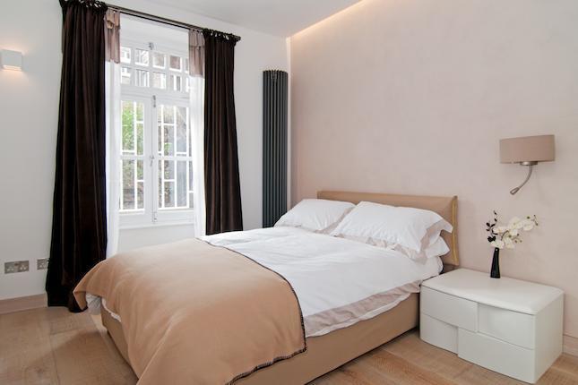Idee progetto a londra kensington arredare casa in bianco e beige arredaclick - Comodini da camera da letto ...
