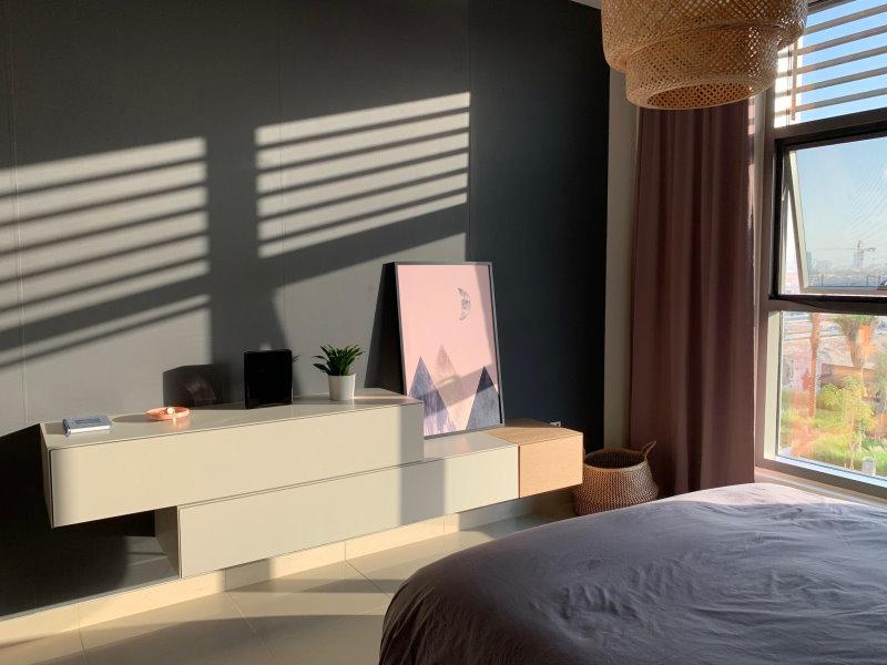 Cassettoni Avana in grigio chiaro sospesi su parete pitturata di grigio scuro