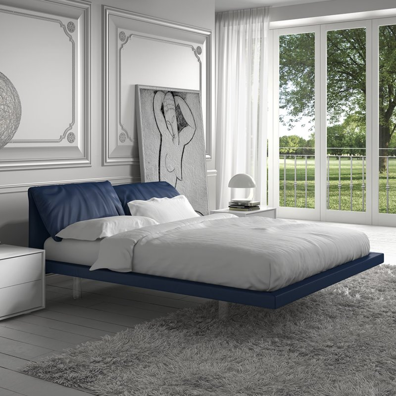 Una camera da letto tutta bianca e grigia...e blu. Letto blu Quinn