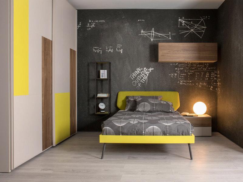 Wonder ET01, cameretta per ragazzo grigia con dettagli gialli, neri e in legno.