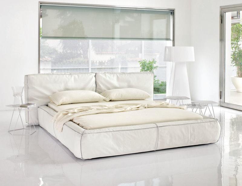 Letto Fluff - letto in tessuto bianco, imbottito in soffice piuma, cuciture con pizzicatura