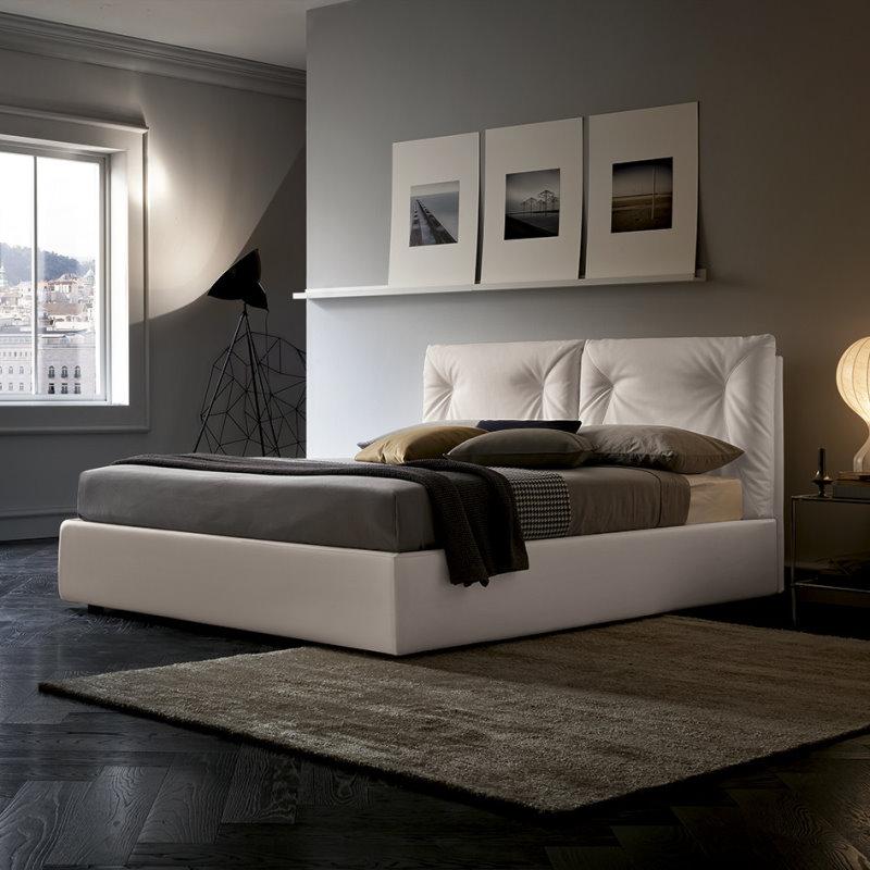 Pareti grigie, letto bianco, pavimento nero sono un tris perfetto. Il letto si chiama Tucano