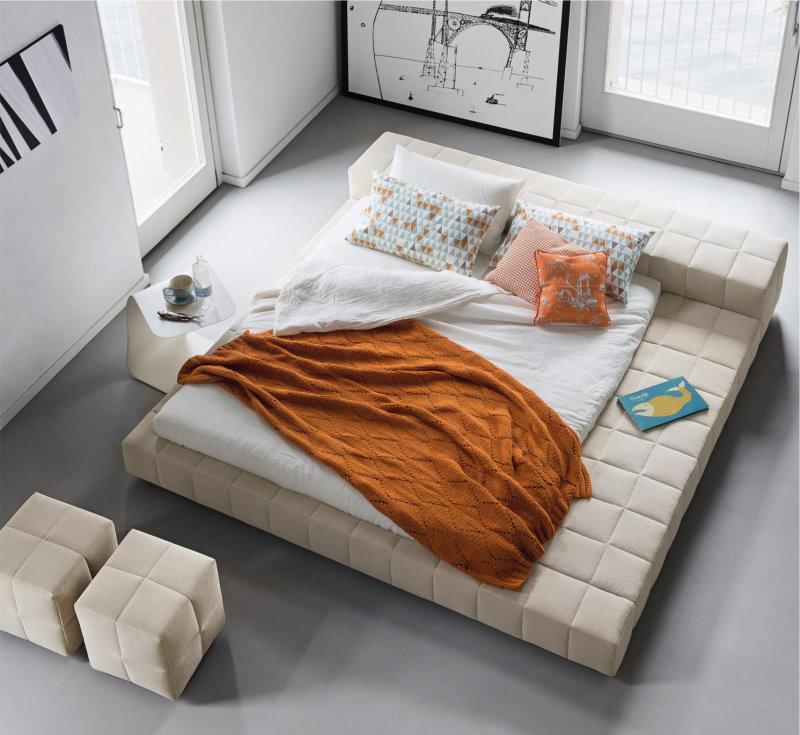 Letto imbottito di design Squaring. Rete e materasso possono essere posizionati in basso con materasso invascato o in alto con materasso che sporge dal giroletto