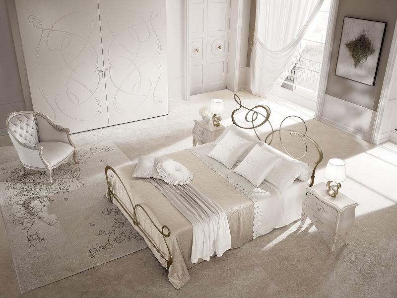 Letto Ghirigori in ferro battuto dorato, protagonista al centro della camera da letto