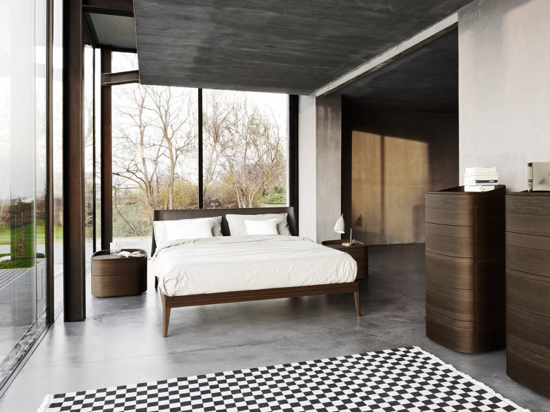 Letto in legno Illinois e comodini Dakota posizionati centro stanza di fianco a due finestroni