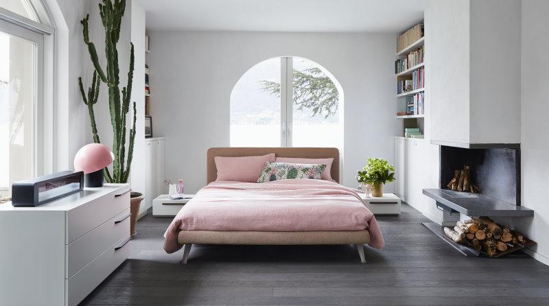 Letto Dream al centro della camera. Le pareti sono occupate da finestre, librerie, caminetto, porta