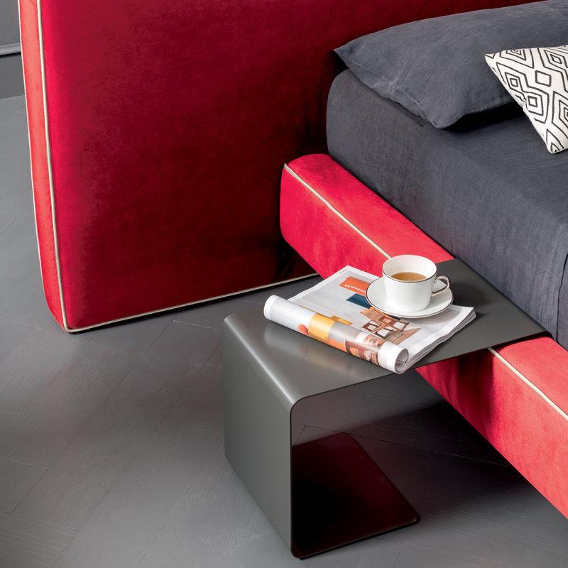 Tavolino in metallo curvato inserito nel giroletto del letto Atlas