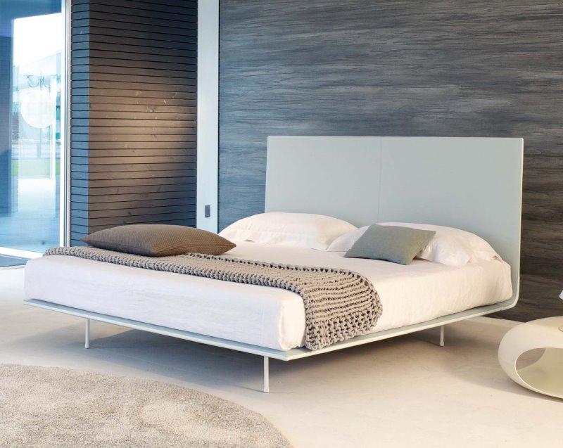 Letto Thin - letto moderno con testiera e giroletto sottili, in ecopelle bianca