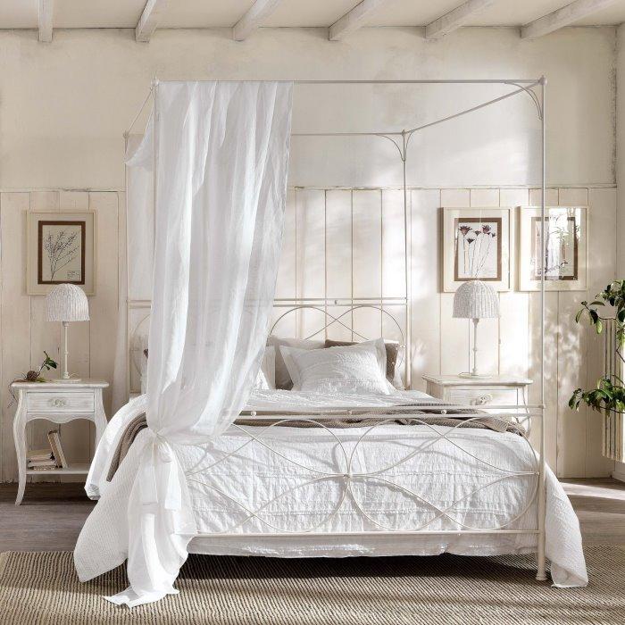 Raphael è un letto a baldacchino romantico, in perfetto stile shabby