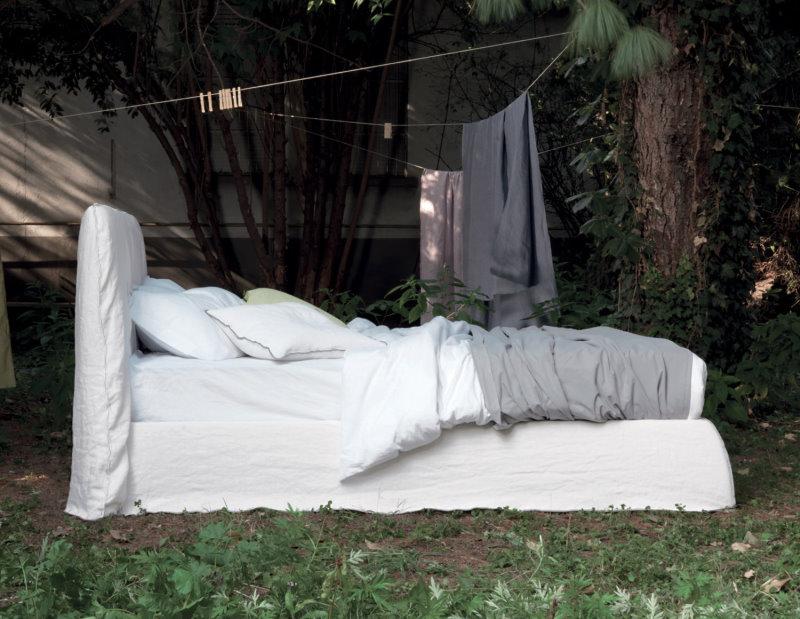 Letto Dory - in tessuto bianco stropicciato con cuciture bianche in tinta