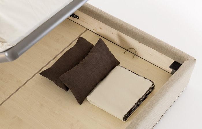 Dettaglio dei fondi alzabili e rimovibili di un letto contenitore