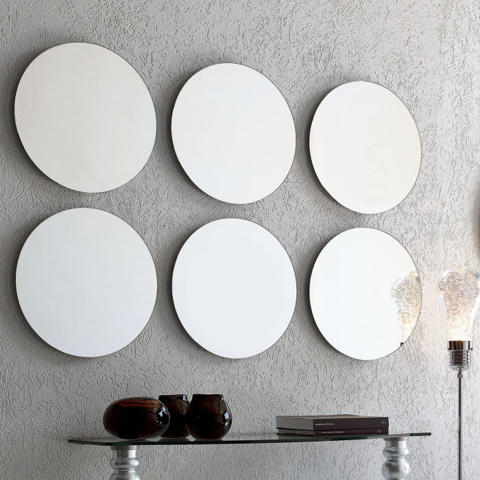 Composizione a parete di specchi rotondi