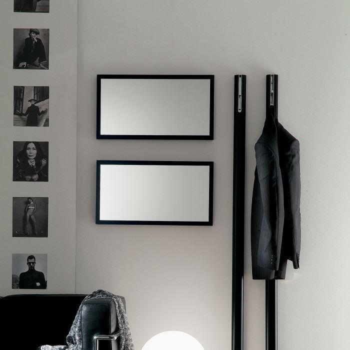 Due specchi rettangolari con cornice nera