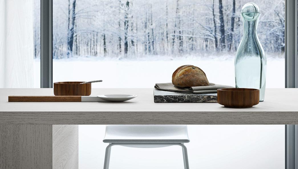 Dettaglio cucina bianca in stile nordico con penisola in legno laccato