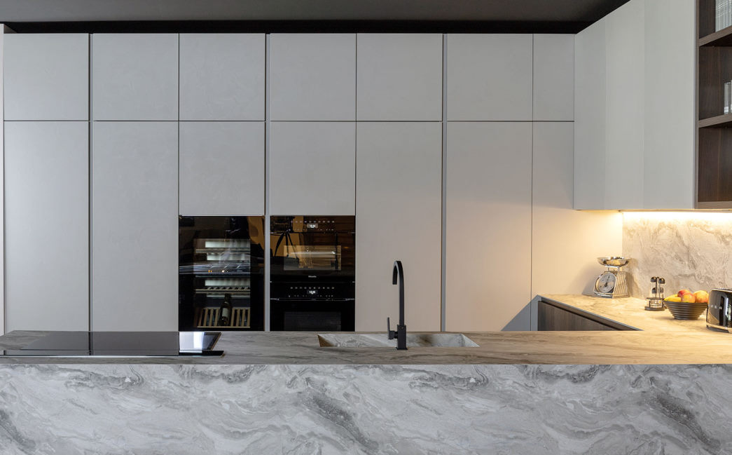 Cucina a u con colonne e pensili effetto cemento spatolato bianco Kitchen Lab