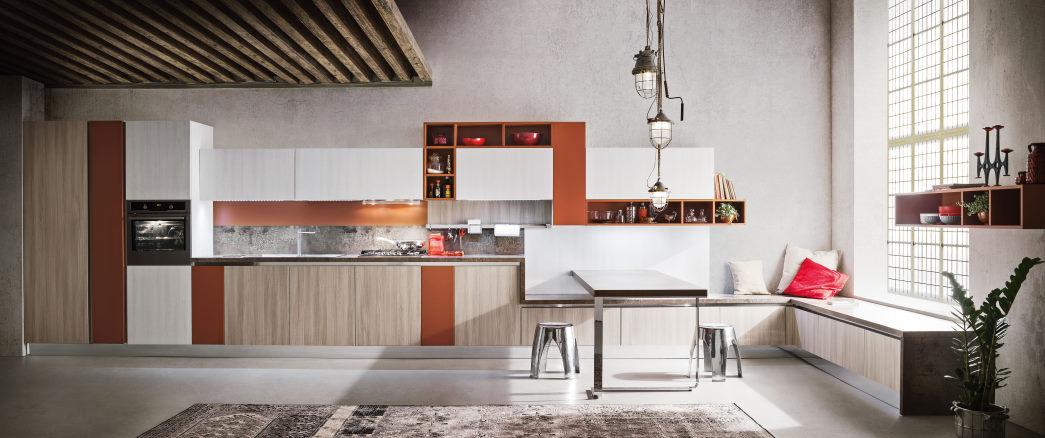Cucina tricolore bianca, arancione e legno con tavolo a penisola effetto corten Six 08