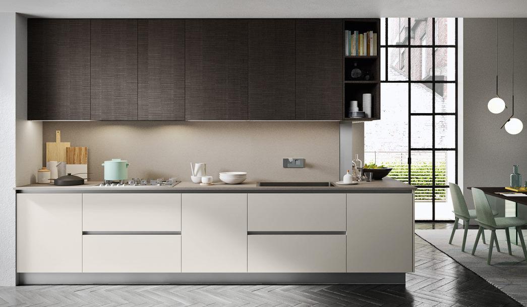 Cucina a l con basi bianche, top beige in quarzoresina e pensili in legno scuro Six 12