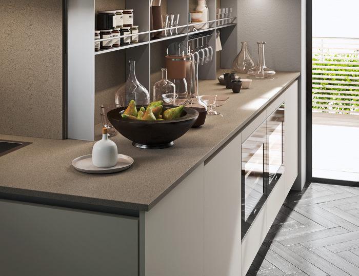Dettaglio: cucina bianca con top in quarzoresina beige