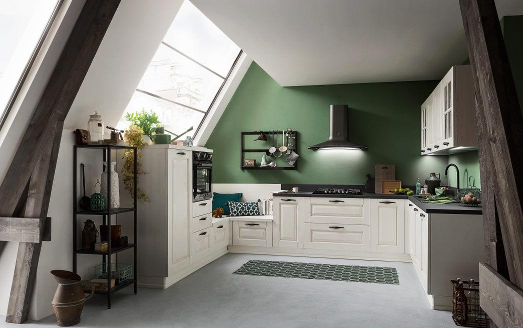Cucina abitabile con mobili bianchi stile country e pareti verdi Twenty 01