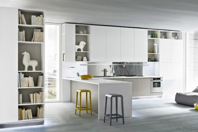 Cucina bianca con sgabelli gialli e grigi Nine 08