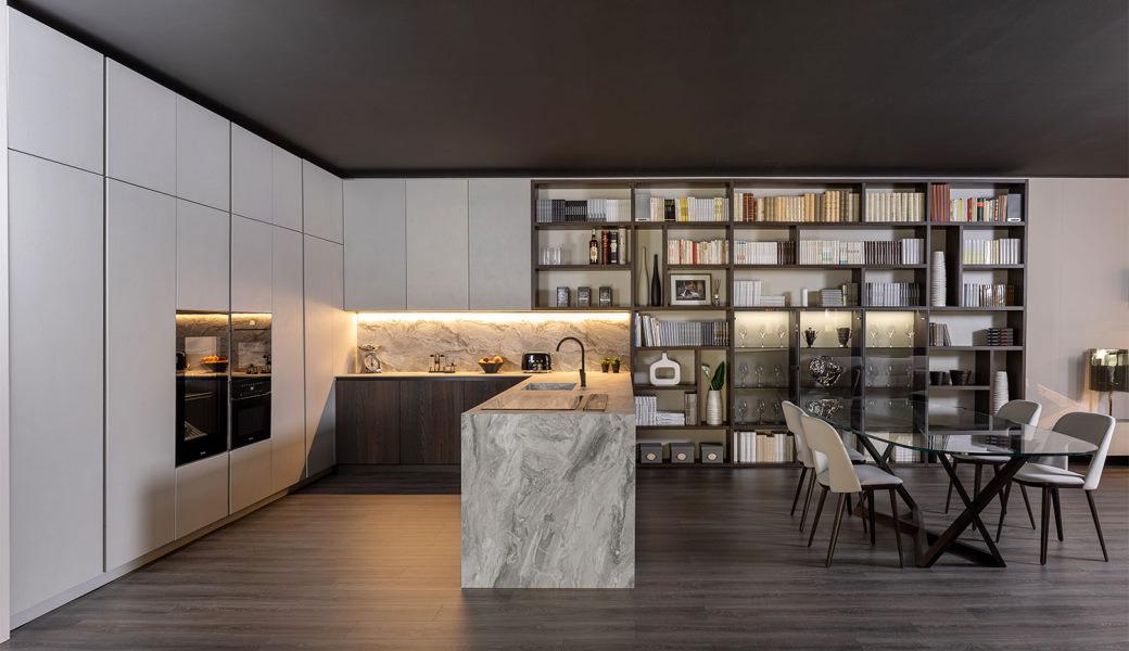 Cucina a u bianca, legno scuro di noce e top effetto marmo