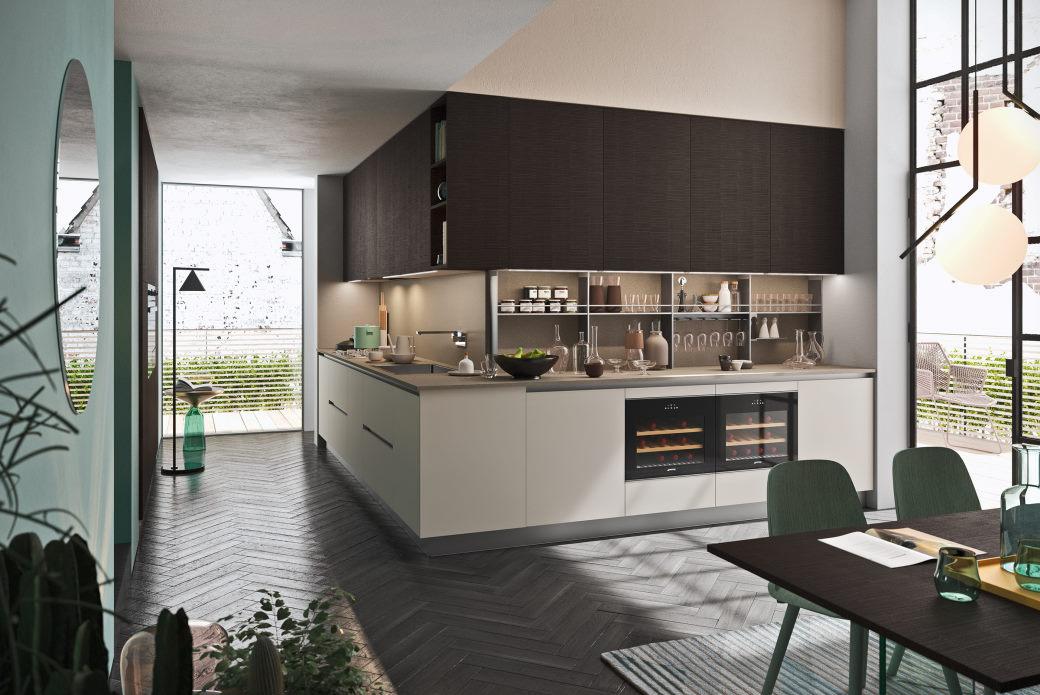 Cucina a elle con basi bianche e pensili in legno scuro effetto segato Six 12