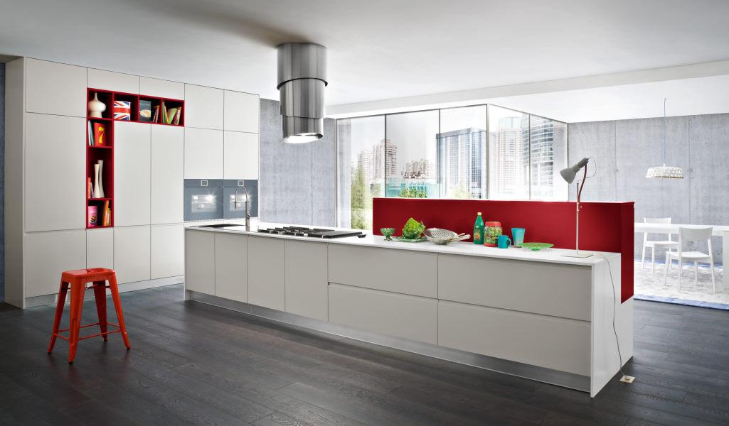 Cucina bianca e rossa con isola e colonne Nine 07