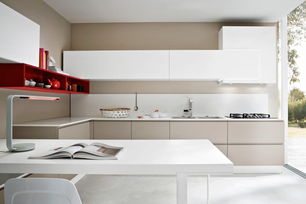 Cucina a L basi beige, top, pensili e tavolo bianchi
