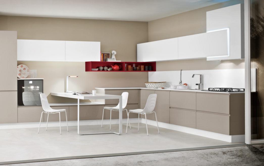 Cucina angolare bianca e tortora con mensola rossa Nine 09