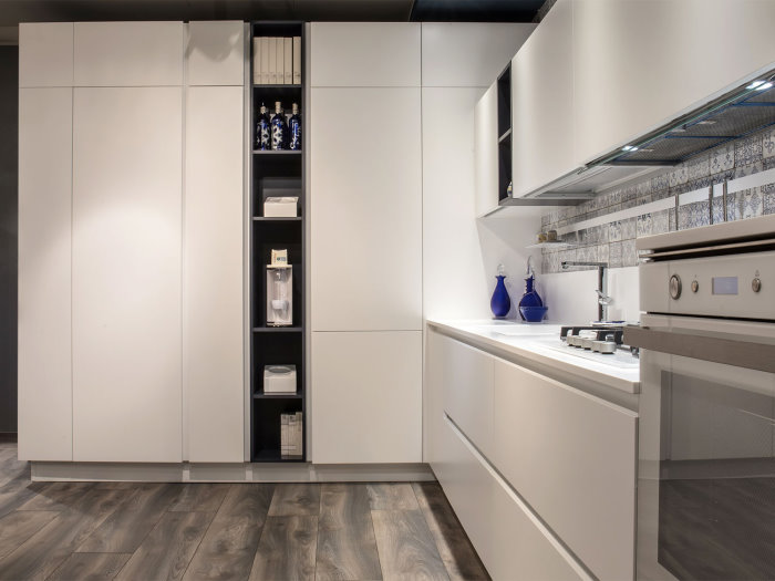*CLICCA E SCOPRI QUESTA CUCINA* <br/>Le colonne ospitano dispensa, frigorifero e uno scaffale per libri di ricette e macchinetta del caffè