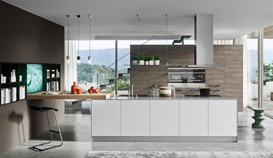 Grande cucina a isola con ante bianche, top in acciaio e bancone in legno one 02