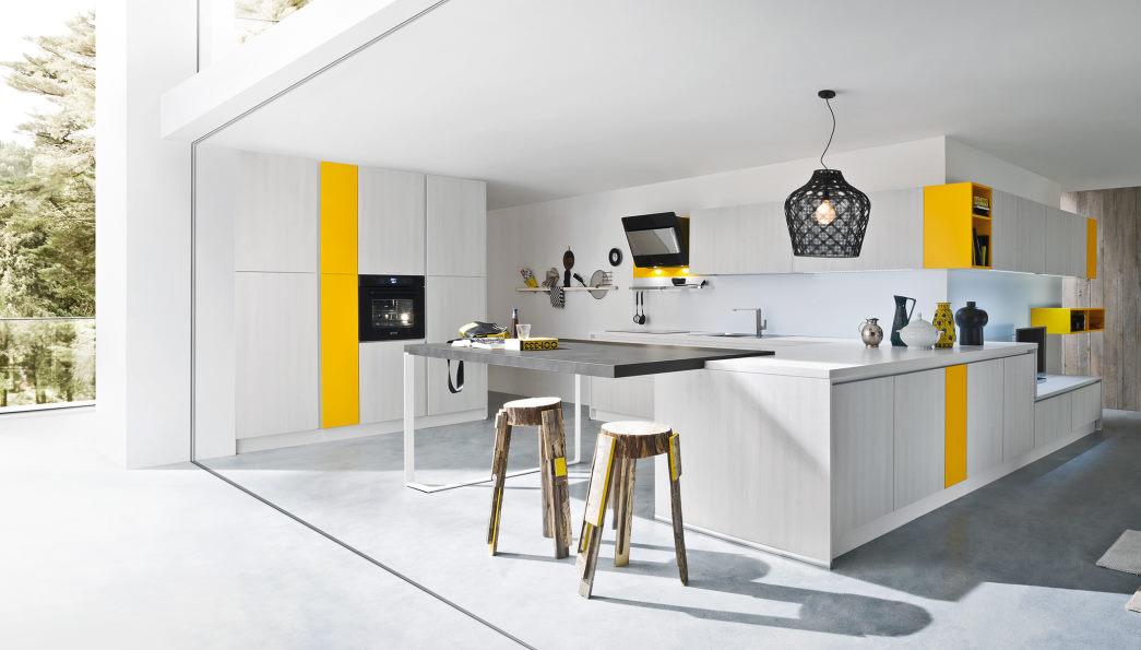 Open space con cucina in legno sbiancato con elementi gialli Six 07