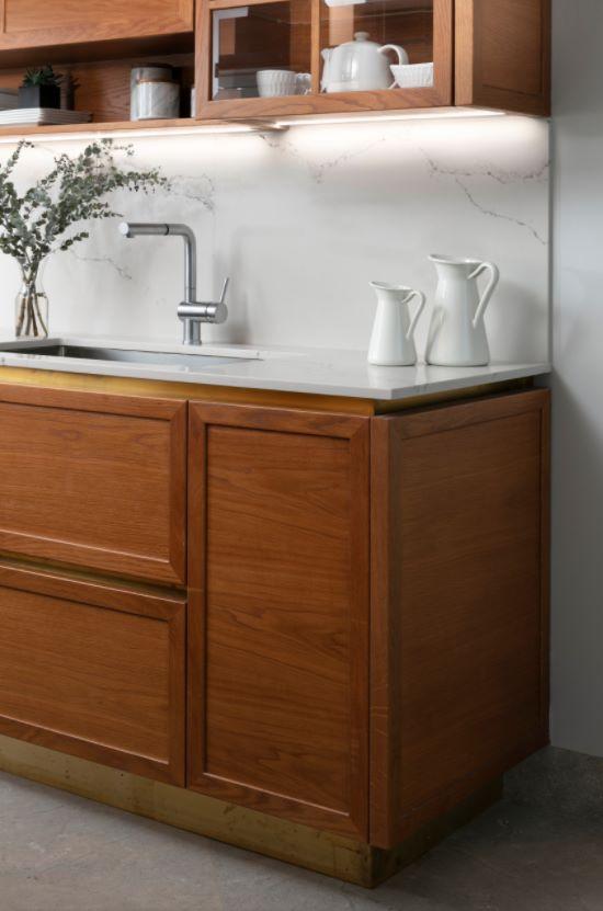 Dettaglio cucina con ante a telaio in rovere con piano in marmo