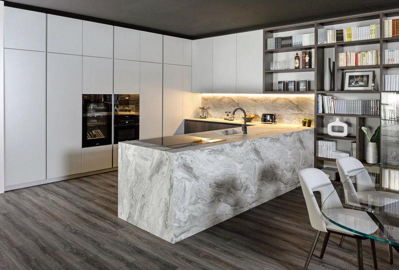 Cucina con penisola rivestita effetto marmo bianco con venature grigie - Klab 01