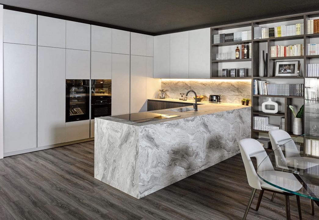 Cucina a ferro di cavallo con grande penisola in hpl effetto marmo Kitchen Lab