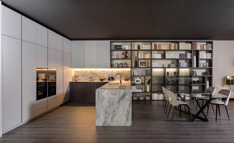 Cucina con penisola e paraschizzi con rivestimento effetto marmo, basi in legno - Klab 01