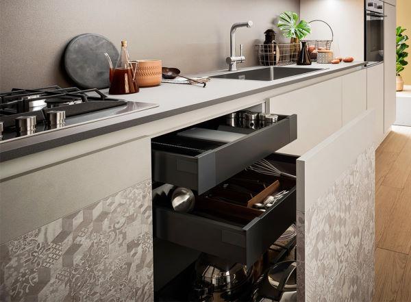 Base cucina con anta estraibile e cassettini interni