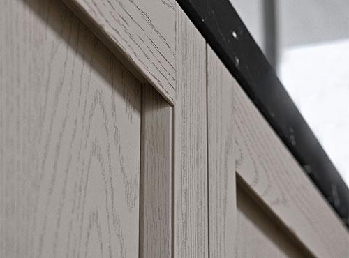 Ante cucina in legno con unghiatura ricavata nel telaio