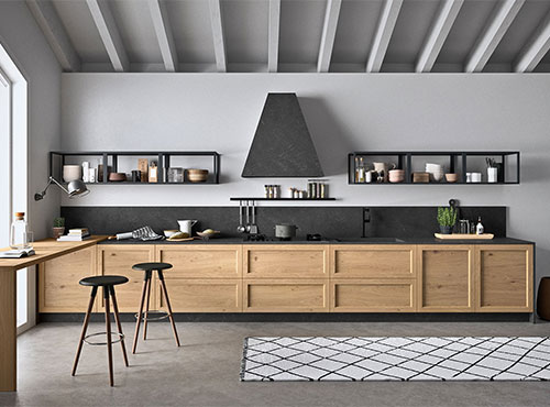 Cucina in legno con pensili a giorno e cappa d'arredo
