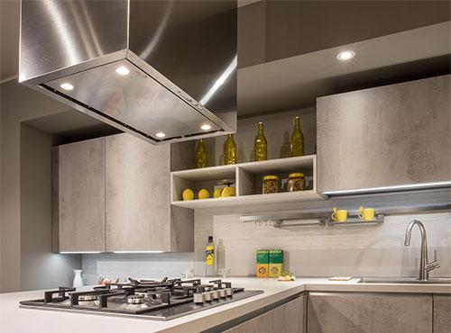 Cucina con pensili vetrina e forno a colonna